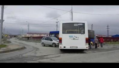 """Муниципальный автобус илегковушка """"поцеловались"""" вДальнем"""