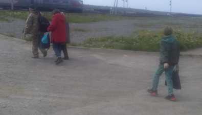 Пассажиров автобусов устанции Холмск-сортировочный высаживают напроезжую часть