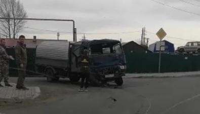 В Поронайске водитель грузовика врезался взабор дома