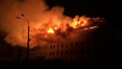 В Быкове пожарные пять часов тушили здание старого шахтуправления