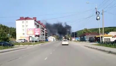 Улицу Окружную вКорсакове заволокло черным дымом