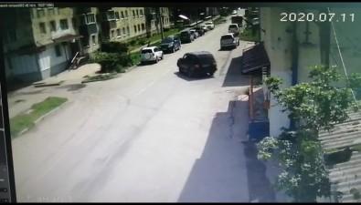 Водитель внедорожника протаранил припаркованные автомобили водном издворов Холмска