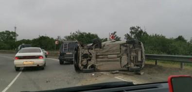 Микроавтобус легна бокпосле столкновения слегковушкой вЮжно-Сахалинске