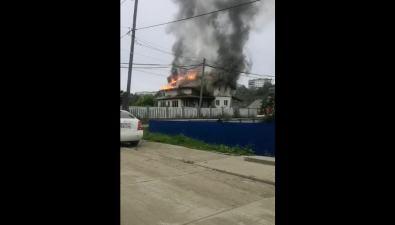 На улице Гвардейской вКорсакове горит коттедж