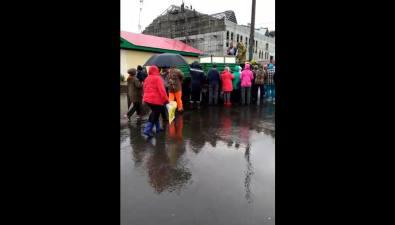 Жителям Северо-Курильска бесплатно раздают рыбу