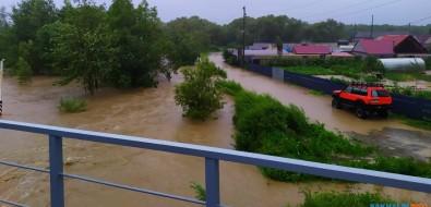 """""""Хагупит"""" ударил поДолинску: затопленные дома, вышедшие изберегов реки иписающий Эйнштейн"""