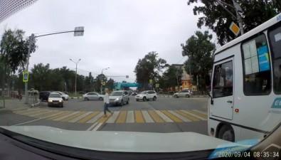На перекрестке Украинской иМира столкнулись такси иавтобус