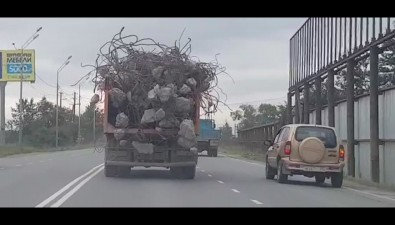 КамАЗ скусками арматуры пугает водителей Южно-Сахалинска