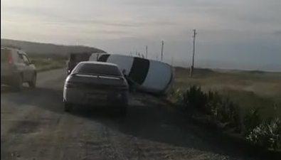 Автомобиль счетырьмя сахалинцами перевернулся вовремя обгона недалеко отОхотского
