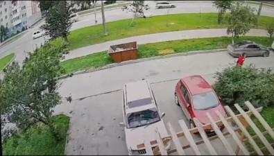 Toyota влетела нагазон улицы Пуркаева вЮжно-Сахалинске