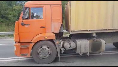 На корсаковской трассе произошел инцидент сучастием грузовика