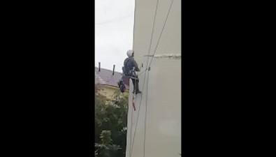 Альпинист вКорсакове долбит траншеи наровном фасаде