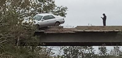 На Транзитной Toyota Crown пробила ограждение иповисла надпропастью