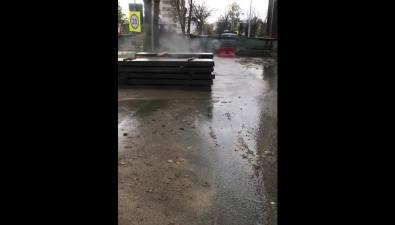 Улицу Поповича вЮжно-Сахалинске затапливает горячей водой
