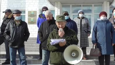 Жители Макарова потребовали внимания президента игубернатора кнародному сходу