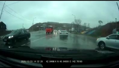 В Корсакове один грузовик потерял контейнер, второй влетел вотбойник иопрокинулся