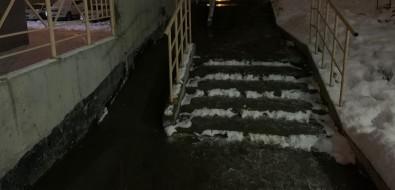 Горячий ручей течет поКомсомольской вЮжно-Сахалинске