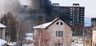 В Южно-Сахалинске дымится строящаяся многоэтажка