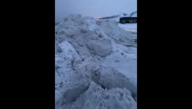 Жители Холмского района обеспокоены вывозом снега кморю
