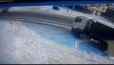 Скорая помощь свключенными маячками уходила отДТП иврезалась вприпаркованный внедорожник вЮжно-Сахалинске