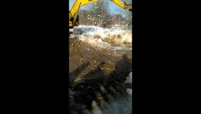 Тымовские ремонтники устраняют проблемы надороге доЧир-Унвда