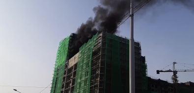 Строящаяся вЮжно-Сахалинске многоэтажка горит второй разза тридня
