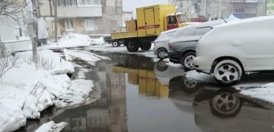 Двор наулице Портовой вХолмске затопило горячей водой