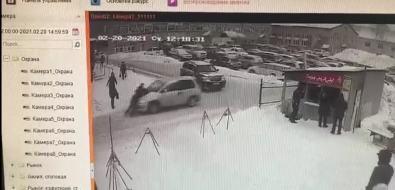 Сахалинец протащил земляка накапоте из-за места напарковке