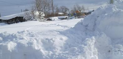 Жители Сосновки вынуждены карабкаться посугробам, чтобы не замерзнуть вдомах