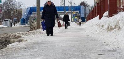 Гололедицу натротуарах Южно-Сахалинска пока не победить
