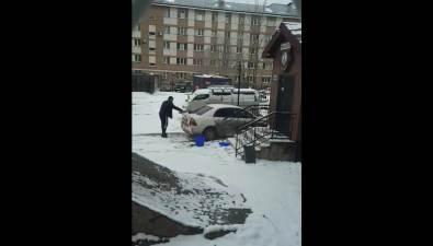 Южносахалинец помыл машину подокнами чиновников