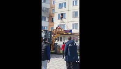 Сместа пожара наЕсенина вЮжно-Сахалинске людей эвакуировали спомощью погрузчика