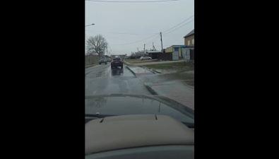 Перекресток вЮжно-Сахалинске больше недели затапливало водой из-за забитой ливневки