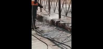 Бордюры наМира разлетаются начасти отструи воды