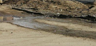 Строители школы вШахтерске выносят грязь надорогу