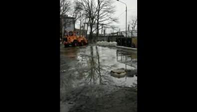 ВЮжно-Сахалинске погрузчик пытался вычерпать лужу