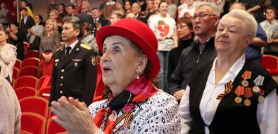 Ветераны вЮжно-Сахалинске стоя слушали песни, посвященные Победе