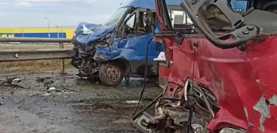 Два автобуса всмятку стоят навиадуке вЮжно-Сахалинске