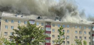 Крыша многоэтажки полыхает вЮжно-Сахалинске