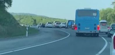 Сахалинцев возмутил водитель автобуса, обгонявший пробку изАнивы повстречке