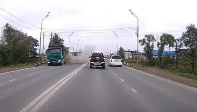Взрыв колеса самосвала выбил стекла внедорожника вЮжно-Сахалинске