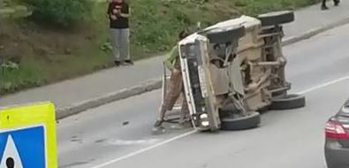 Автомобиль перевернулся надороге вКорсакове после аварии