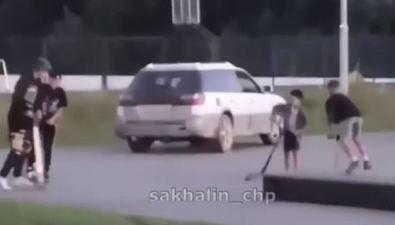 Компания сахалинцев наавтомобиле вылетела надетскую площадку вДальнем
