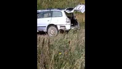 Сахалинцы нашли брошенный разбитый автомобиль соткрытым багажником