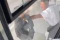 Пассажир южно-сахалинского автобуса разбил лицо водителю из-за глупой ссоры