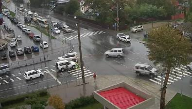 Два ДТП намокром месте сняла камера вЮжно-Сахалинске