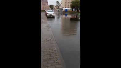 Вюжно-сахалинском дворе после ремонта идождя образовался водоем