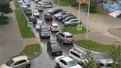 Южносахалинцы стоят впробках во дворах уЕмельянова— Комсомольской
