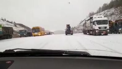 """""""Внезапный"""" снег затрудняет движение поХолмскому перевалу"""
