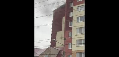 Напроспекте Мира вЮжно-Сахалинске дымится крыша многоквартирного дома
